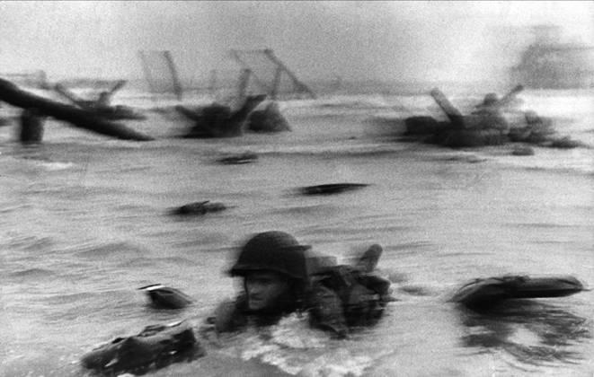 guerra-el-dia-d-1944-robert-capa-imagery-our-world1
