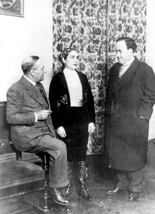 los Machado con Margarita Xirgu en el estreno de La Duquesa de Benamei en el Teatro Españlol el 26 de marzo de 1932