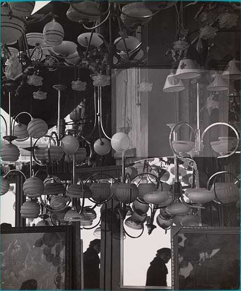 objeros.-vr54.-CCC.-efectos de los espejos en el marché aux puces.-por Florence Henri.-Biblioteca Nacional de Francia