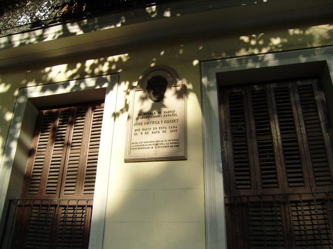 Calle Alfonso Xll, 4.-casa donde nació Ortega.-17-8-2009