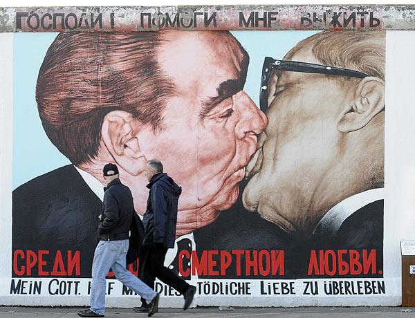 MURO.-DD.-El beso entre Breznez y Honecker, inmortalizado en la East Side Gallery.-foto AFP