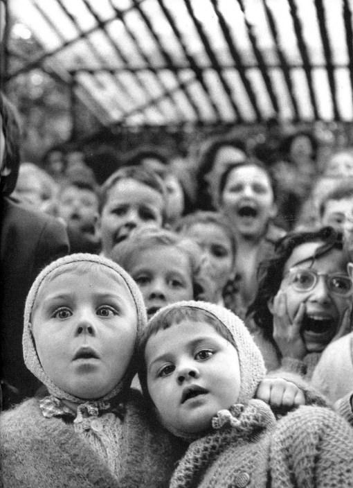infancia-bbttd- teatro- Alfred Eisenstaedt- ante las marionetas- mil novecientos sesenta y tres