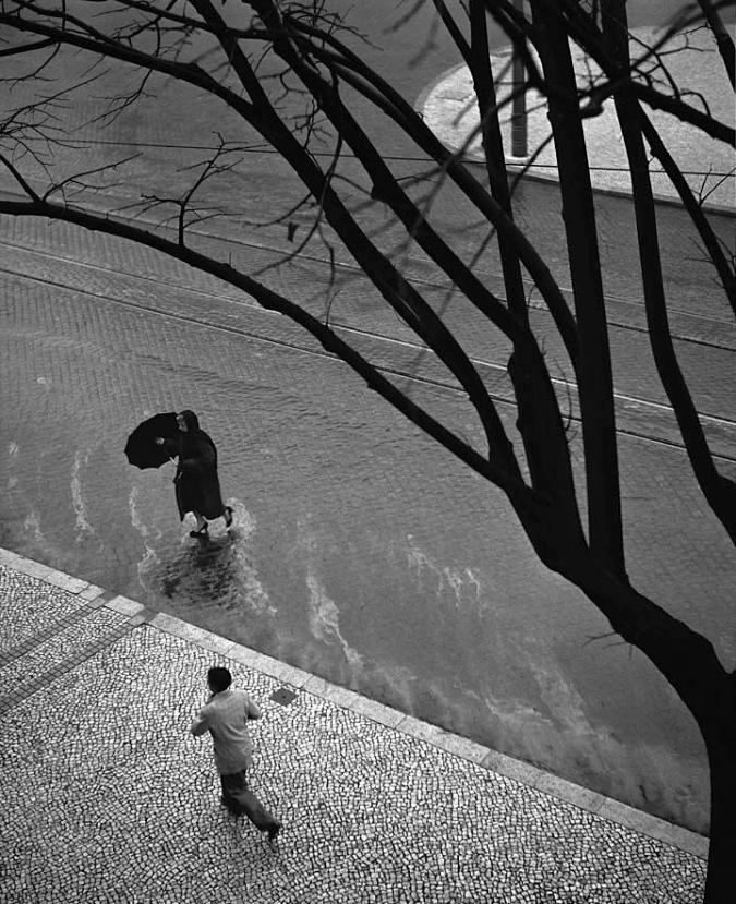ciudades.-tyuu.-lluvia.-Lisboa 1956.-foto António Sena da Silva