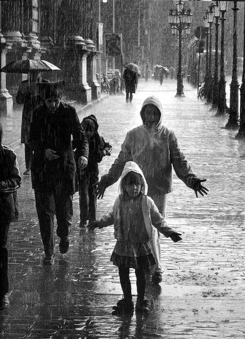 estaciones-o8jj-verano-lluvia-paris-1981-robert-doisneau